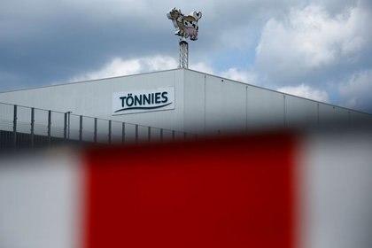 FOTO DE ARCHIVO: Vista general de la planta cárnica de Tönnies que tuvo que echar el cierre por causa de un brote de COVID-19 entre sus empleados, en Rheda-Wiedenbrueck, Alemania, el 20 de junio de 2020. REUTERS/Leon Kuegeler