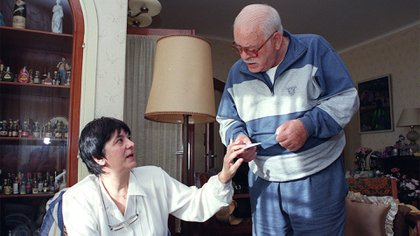 El ex delincuente francés en su casa de la ciudad serrana de La Falda, junto a su mujer Margarita Naval (Gentileza La Voz)