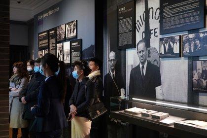 Esta foto tomada el 8 de diciembre de 2020 muestra a personas que visitan una sala de exposiciones en el Museo de Refugiados Judíos de Shanghái el día en que el museo reabrió al público después de un proyecto de expansión. (STR/AFP)