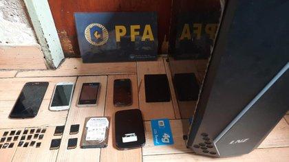 El acusado fue allanado: encontraron cuatro celulares, dos discos rígidos externos, un disco rígido interno, cuatro memorias SD, una Simcard, 21 memorias Micro-SD y una CPU