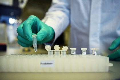 Un empleado de la compañía biofarmacéutica alemana CureVac en un laboratorio en Tubinga, Alemania, el 12 de marzo de 2020 (Reuters/ Andreas Gebert / foto de archivo)