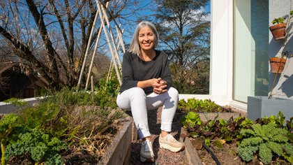 Laura Di Cola come lo que cultiva en la huerta de la terraza de su casa