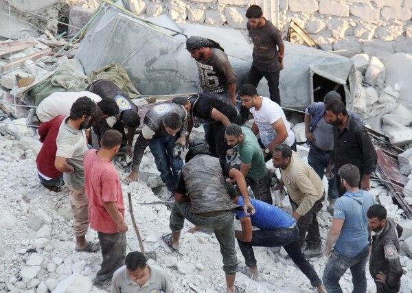 Rescatistas trabajan en Idlib tras un bombardeo ruso (AFP)