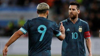 El Kun junto a Messi en la selección argentina. ¿Se juntarán también en Barcelona? (Reuters)