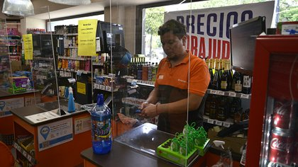 Algunas cadenas de supermercados ofrecen el servicio de pago de facturas en las cajas. (Gustavo Gavotti)