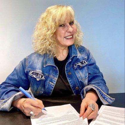 La actriz, firmando su contrato para participar del reality