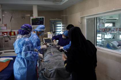 Preparación para el traslado de un paciente en un hospital de Teherán (Reuters)