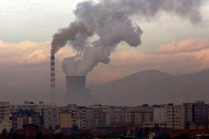 El apagado de chimeneas fabriles empezó a cambiar los mapas satelitales de contaminación del medioambiente (REUTERS/Ognen Teofilovski)