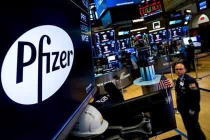 El logo de Pfizer aparece en un monitor en el piso de la Bolsa de Valores de Nueva York (NYSE) en Nueva York, EE.UU., el 29 de julio de 2019 (REUTERS/Brendan McDermid/Foto de archivo)
