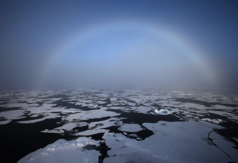 Un arco iris apareciendo en el horizonte en el Ártico. EFE/YNA/Archivo
