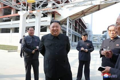 El líder norcoreano Kim Jong Un asiste a la finalización de una planta de fertilizantes, en una región al norte de la capital, Pyongyang, en esta imagen publicada por la Agencia Central de Noticias de Corea del Norte (KCNA) el 2 de mayo de 2020. KCNA/via REUTERS