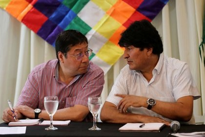 Evo Morales le habla al candidato presidencial por el Movimiento Al Socialismo (MAS), Luis Arce Catacora, durante un encuentro partidario en Buenos Aires (Reuters)
