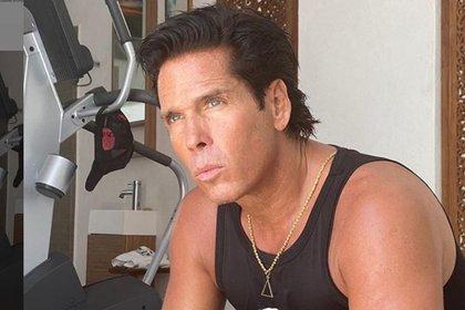 El empresario y actor, Roberto Palazuelos, perdió un millón de pesos luego de que un rayo impactara y quemara dos cabañas de su hotel en Cancún (Captura de Pantalla: @robertopalazuelosbadeau)