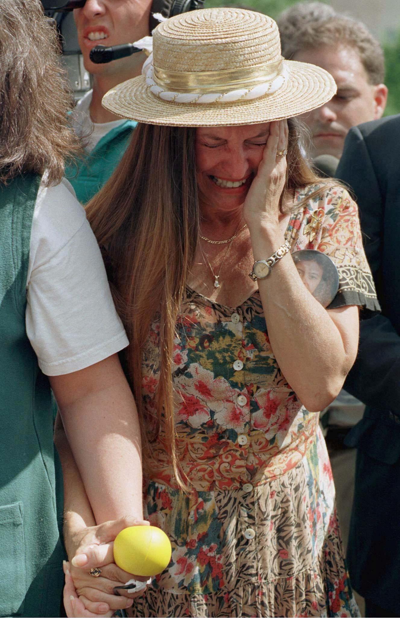 Jacque Walker, cuyo sobrino murió en el atentado, llora al salir de escuchar la sentencia de muerte de McVeigh.   REUTERS/Jeff Mitchell/
