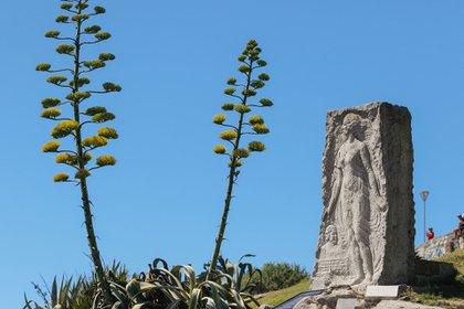 El monumento a Alfonsina. Las guías también proponen un recorrido por las últimas calles que recorrió la poetisa hasta el mar