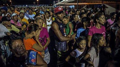 Migrantes venezolanos en Boa Vista, Brasil, esperando para recibir comida (Meridith Kohut/The New York Times)