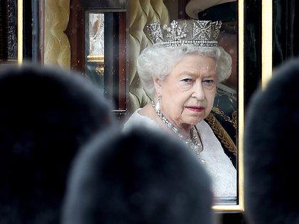 Isabel II, que se convirtió en reina de Inglaterra tras la muerte de su padre, Jorge VI, el 6 de febrero de 1952, lleva 69 años en el trono, el reinado más largo de toda la historia de la monarquía británica