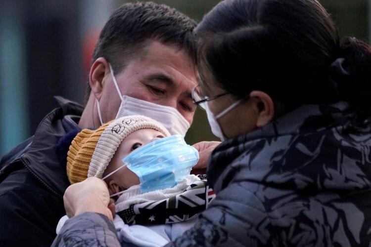 En Argentina día a día crece la polémica respecto de los métodos de prevención, particularmente en relación al uso o no del barbijo. La Sociedad Argentina de Infectología (SADI) desaconsejó su uso, mientras que el Sindicato de Farmacéuticos y Bioquímicos (SAFYB) lo recomendó. No hay casos confirmados en el país (REUTERS)