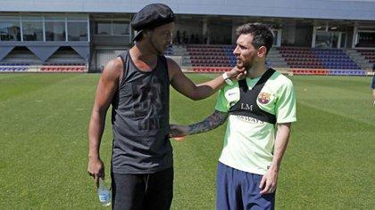 Ronaldinho suele visitar al plantel del Barcelona durante las pretemporadas