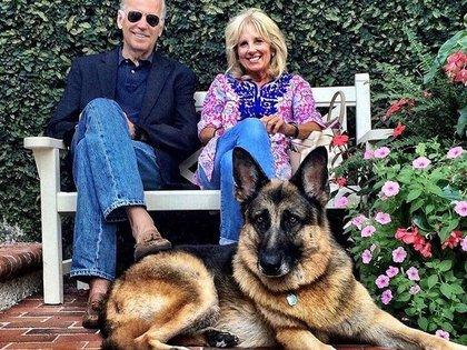 Joe y Jill Biden, junto con Champ, el pastor alemán que los acompaña desde 2008.