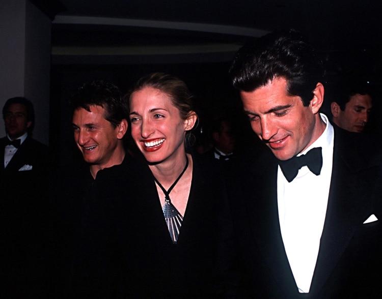 Carolyn Bessette y John F. Kennedy. De fondo, el actror Sean Penn (Photo by Globe Photos/Mediapunch/Shutterstock)