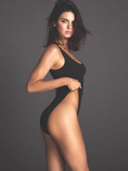 Kendall Jenner, con un clásico negro super elegante y femenino