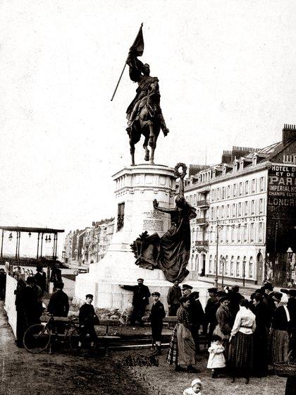 El monumento inaugurado en Boulogne-sur-Mer en 1909 en honor a San Martín