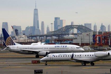 Un avión de United Airlines antes de despegar del aeropuerto de Newark, cerca de Nueva York. (REUTERS/Chris Helgren/archivo)