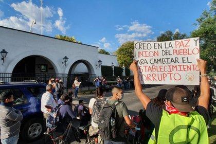 La manifestación planeada este viernes en Casa Jalisco se trasladó a la Fiscalía del Estado para demandar la liberación de los civiles arrestados en las protestas y justicia por el asesinato de Giovanni López (Foto: Twitter@casa_arista)