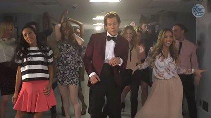"""Kevin Bacon repitió la famosa escena de """"Footloose"""" para el programa de Jimmy Fallon"""