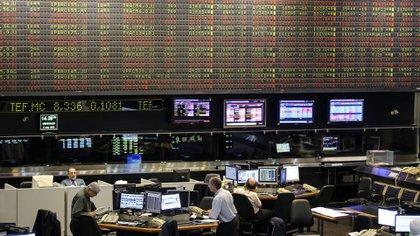 Los bonos ajustados por el dólar y, más acorde a minoristas, los fondos comunes de inversión dollar-linked, son una alternativa que cubre frente a variaciones del tipo de cambio oficial