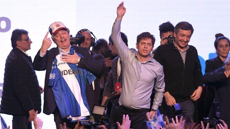 Alberto Fernández festejó anoche con un gorro y una camiseta de Argentinos Juniors, su club de los amores.