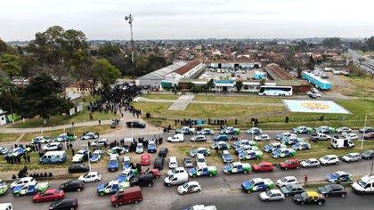 La mayoría de los manifestantes rodeando la torre en la que se encontraba subido Oscar Pagano (Lihueel Althabe)