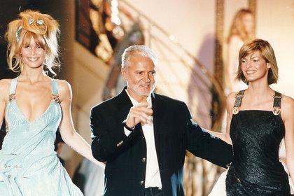 Gianni estaba en la cima, su imperio estaba valuado en 1.400 millones de dólares. En la foto, cerrando uno de sus aclamados desfiles junto a Claudia Schiffer y Linda Evangelista(Shutterstock)