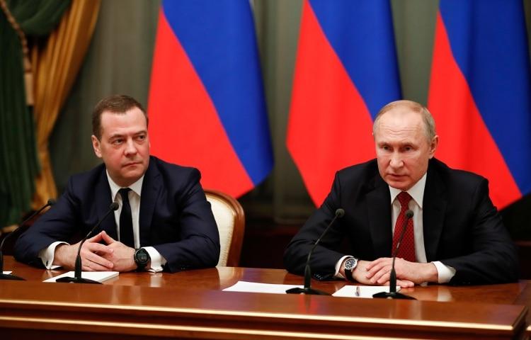 El primer ministro Dmitry Medvedev junto a Putin (Reuters)