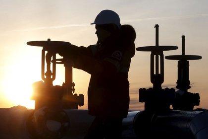 FOTO DE ARCHIVO. Un trabajador chequea una válvula de un oleoducto de la compañía rusa Lukoil en Siberia. REUTERS/Sergei Karpukhin