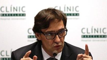 El ministro de Sanidad de España, Salvador Illa, durante una rueda de prensa en el Hospital Clínic de Barcelona, España, el 12 de febrero de 2020. (Reuters)