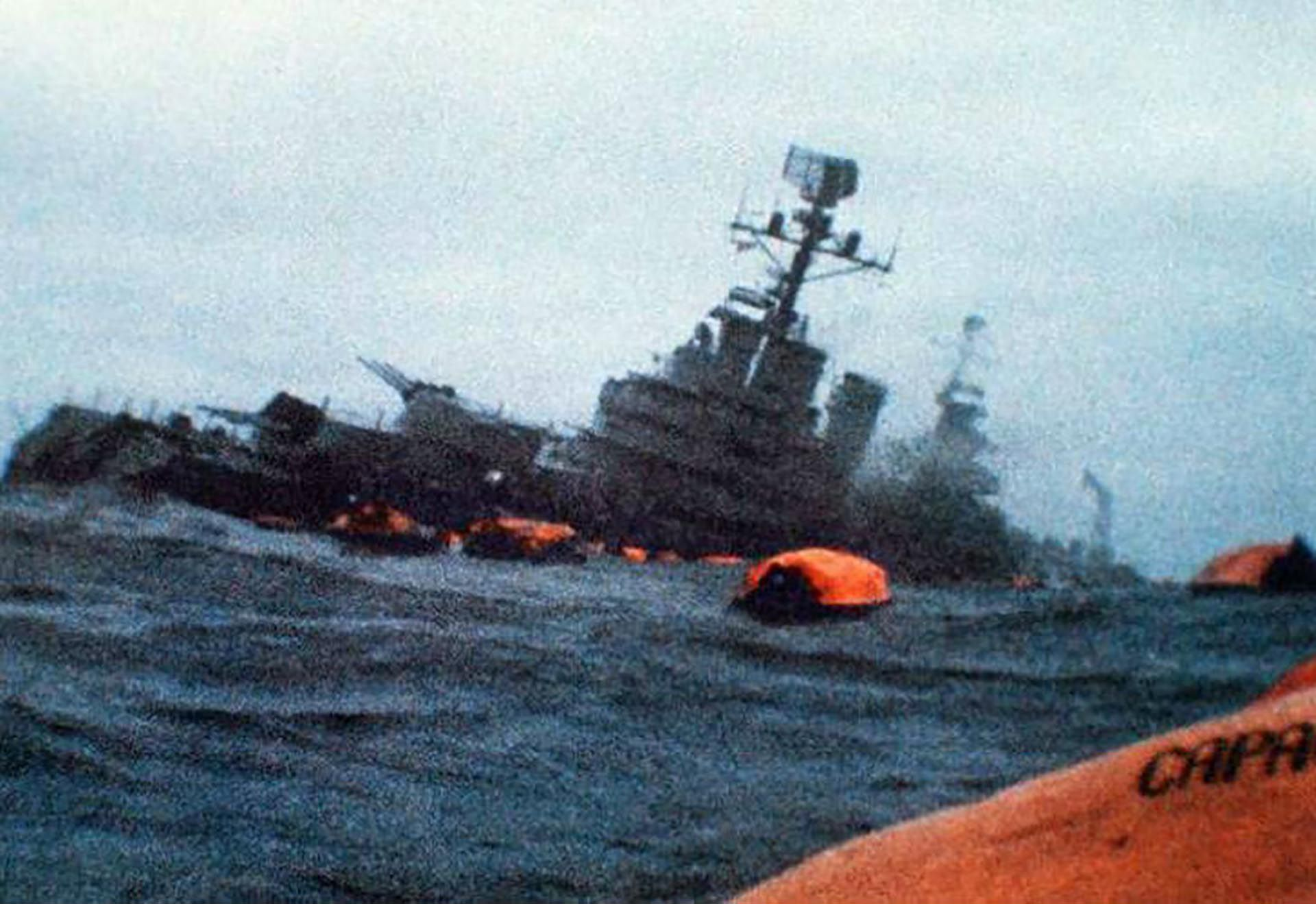 Una de las imágenes que dieron la vuelta al mundo: el Belgrano es abandonado y escorado a babor comienza a ser devorado por el océano