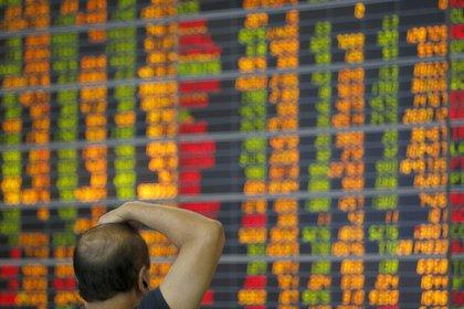 Un inversor tailandés observa un indicador bursátil en una empresa de corretaje de acciones en Bangkok (Tailandia). EFE/Rungroj Yongrit/Archivo