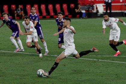El centrocampista argentino del Sevilla FC Lucas Ocampos lanza el penalti que supuso el primer gol sevillista ante el Real Valladolid, durante el partido correspondiente a la jornada 32 de LaLiga Santander que se juega en Sevilla. EFE/Julio Muñoz
