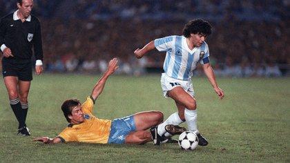 Diego Maradona ante Brasil en la Copa América 1989 (FotoAntonio Scorza / AFP)