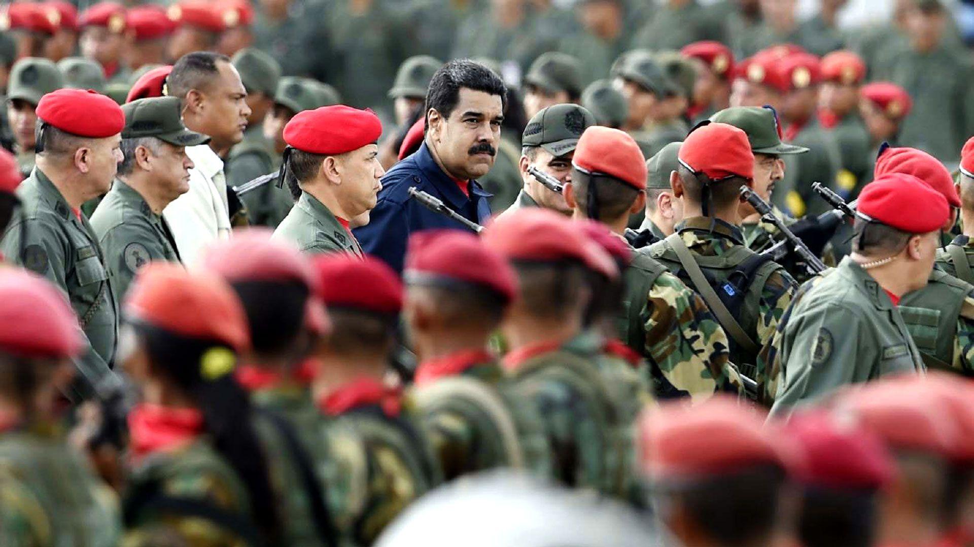 Maduro, rodeado de militares (archivo)
