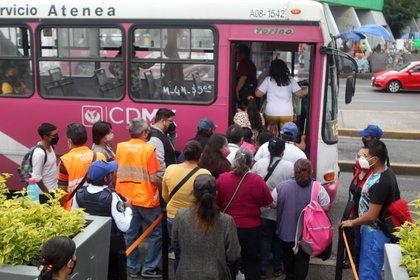 Usuarios en la estación Zapata abordando un camión vacío, el transporte de apoyo con dirección a Tláhuac, tras el colapso de una trabe cercana a la estación Los Olivos, las largas filas comienzan a crearse a partir de las 15 horas. Ciudad de México, mayo 12, 2021. Foto: Karina Hernández / Infobae