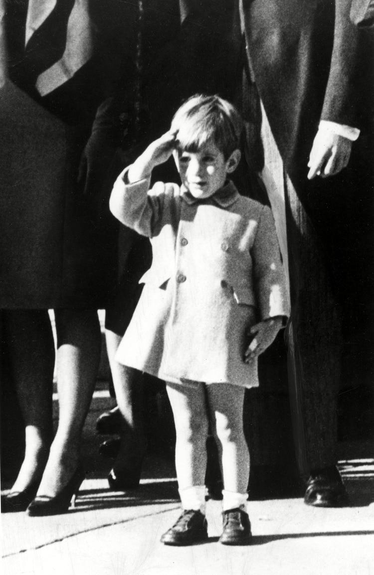 John F. Kennedy, Jr. despide el ataúd de su padre en la Catedral de St. Matthews en Washington, D.C., el 18 de diciembre de 1963 (Photo by Everett/Shutterstock)