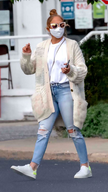 Jennifer Lopez realizó algunas compras en Blue & Cream, en East Hampton, Nueva York. La cantante y actriz lució una remera y un saco, unos jeans rotos y zapatillas. Además, estaba protegida con un barbijo y anteojos de sol. Acaba de regresar de unas vacaciones románticas con su pareja en las Islas Turcas y Caicos (Foto: Mega / The Grosby Group)