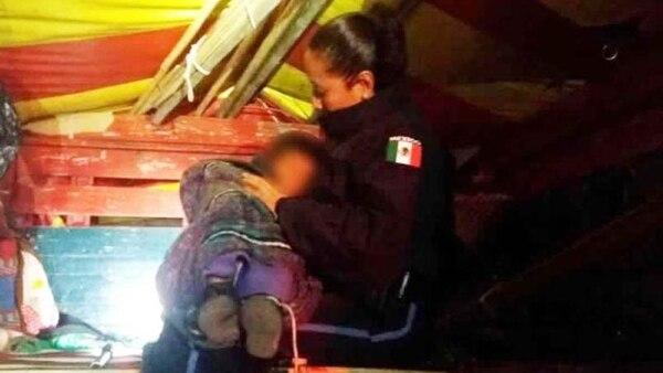 Después de encontrarlo, los policías federales llevaron al menor a sus instalaciones donde su madre lo esperaba.