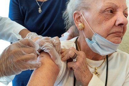 Adults over 75 years of age are at a greater risk of becoming seriously ill from Covid-19, for that reason they are considered in the early stages of vaccination.  (Photo: CRISTOBAL HERRERA-ULASHKEVICH EFE / EPA)