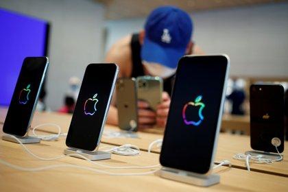 El control de voz podría ser usado de forma maliciosa por un atacante que tuviera acceso al móvil (REUTERS/Thomas Peter/File Photo)
