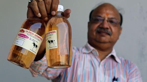 Vikash Chandra Gupta sostiene el producto terminado que es furor en India (Bloomberg)