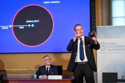 Ulf Danielsson, miembro de la Academia Sueca, explica los anuncios (Reuters)